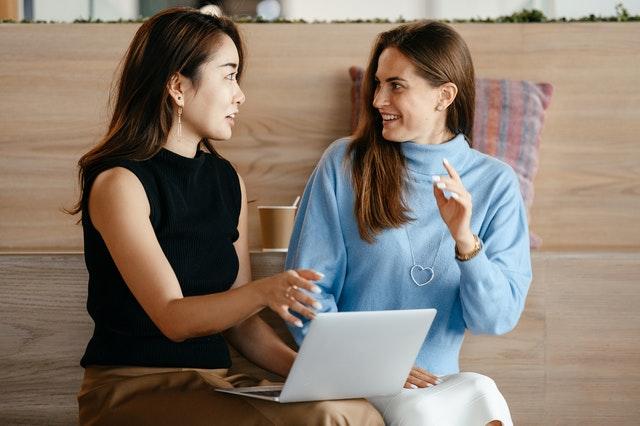 Kaksi naista ideoivat tietokoneen äärellä