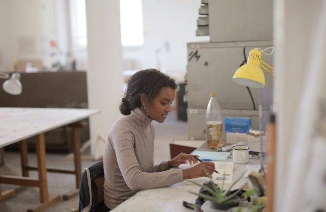 Nainen työssään pöydän äärellä