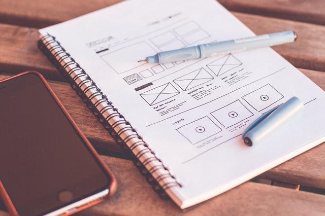 Pöydällä piirretty suunnitelma mainoksesta