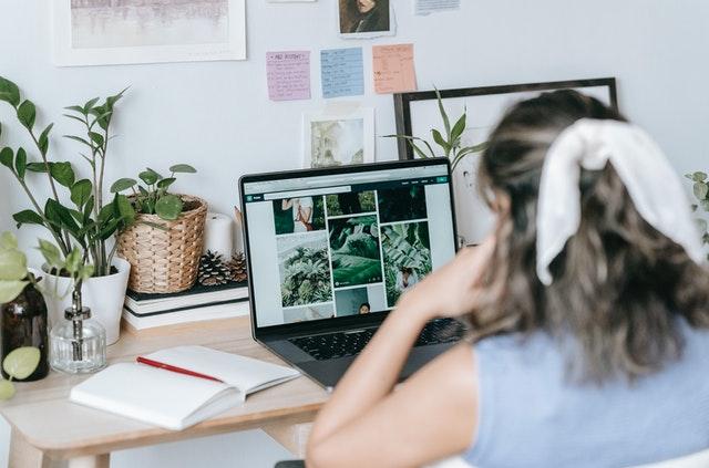 Nainen tekee töitä tietokoneen äärellä