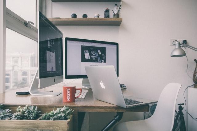 Työpöydällä tietokoneita